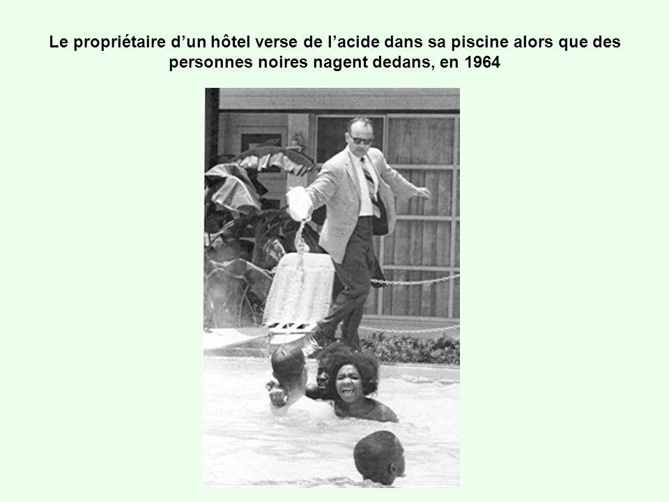 Le propriétaire d'un hôtel verse de l'acide dans sa piscine alors que des personnes noires nagent dedans, en 1964