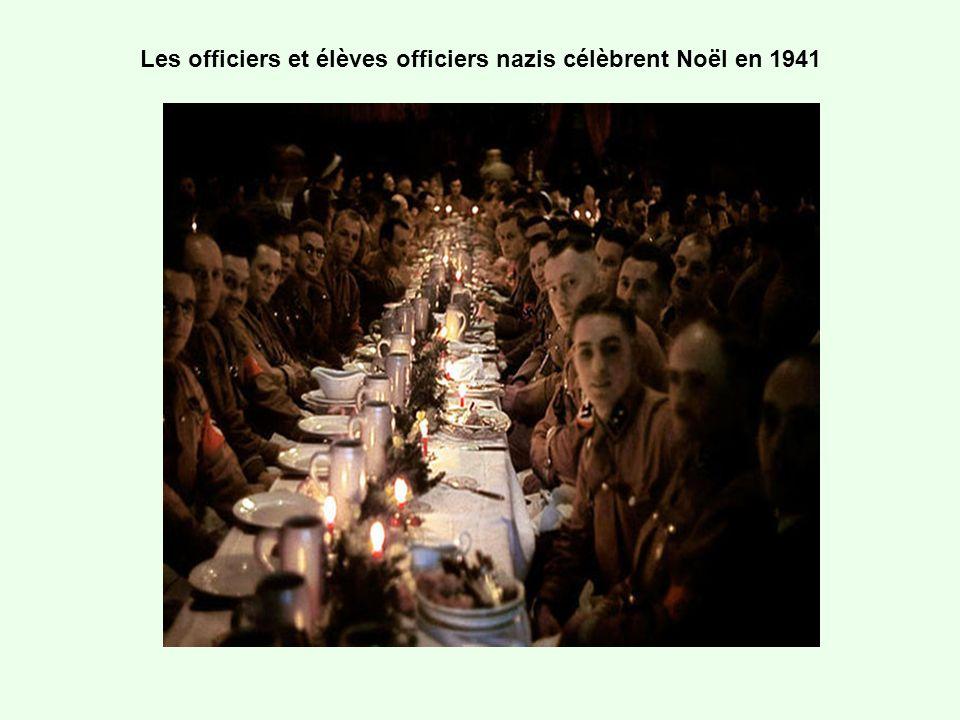 Les officiers et élèves officiers nazis célèbrent Noël en 1941