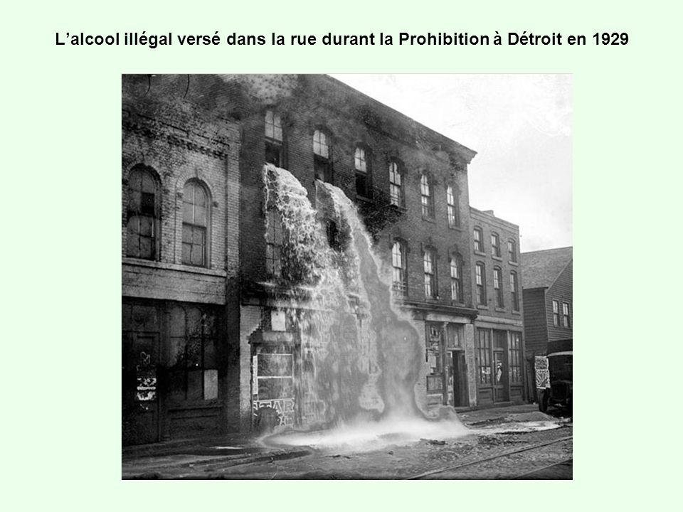 L'alcool illégal versé dans la rue durant la Prohibition à Détroit en 1929
