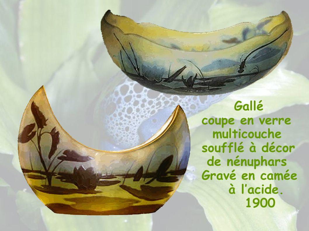 Gallé coupe en verre multicouche soufflé à décor de nénuphars
