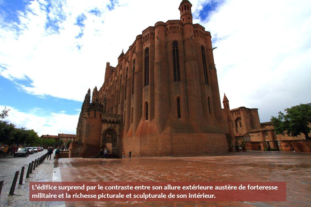 L édifice surprend par le contraste entre son allure extérieure austère de forteresse militaire et la richesse picturale et sculpturale de son intérieur.
