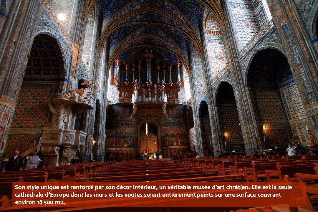Son style unique est renforcé par son décor intérieur, un véritable musée d art chrétien.