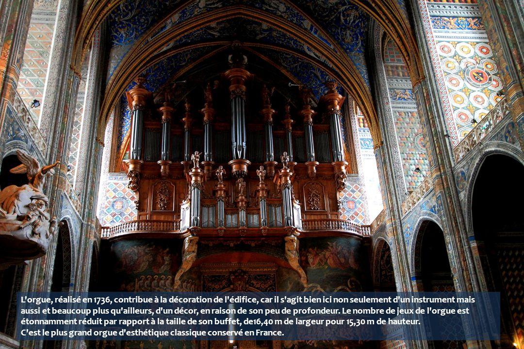 L orgue, réalisé en 1736, contribue à la décoration de l édifice, car il s agit bien ici non seulement d un instrument mais aussi et beaucoup plus qu ailleurs, d un décor, en raison de son peu de profondeur. Le nombre de jeux de l orgue est étonnamment réduit par rapport à la taille de son buffet, de16,40 m de largeur pour 15,30 m de hauteur.