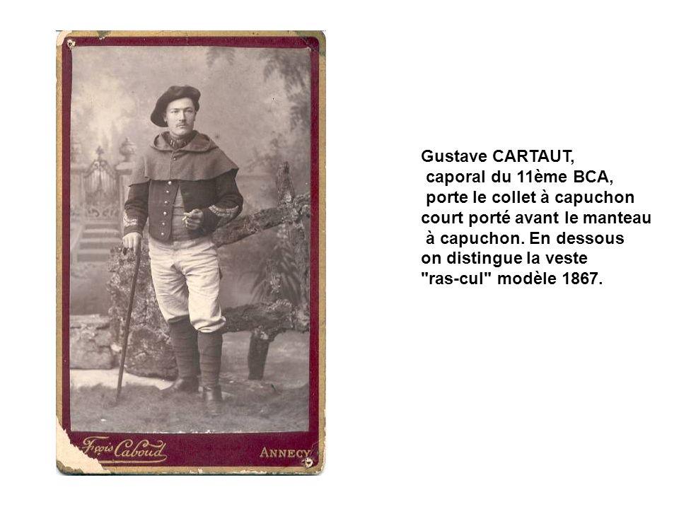 Gustave CARTAUT, caporal du 11ème BCA, porte le collet à capuchon. court porté avant le manteau. à capuchon. En dessous.