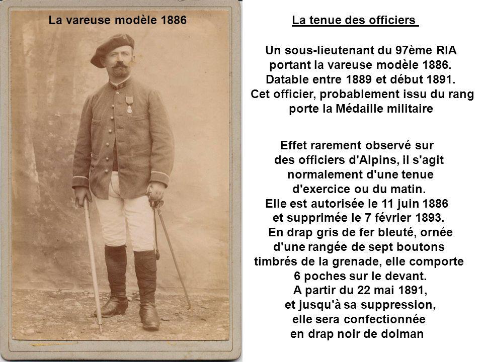 Un sous-lieutenant du 97ème RIA portant la vareuse modèle 1886.