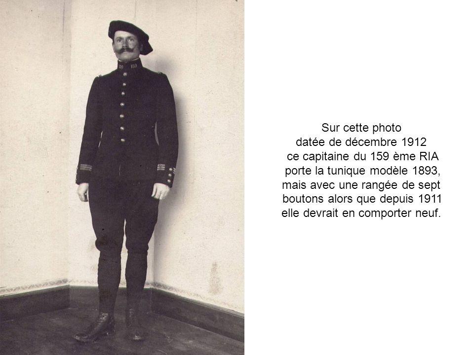 porte la tunique modèle 1893, mais avec une rangée de sept