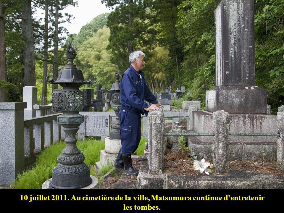10 juillet 2011. Au cimetière de la ville, Matsumura continue d entretenir les tombes.
