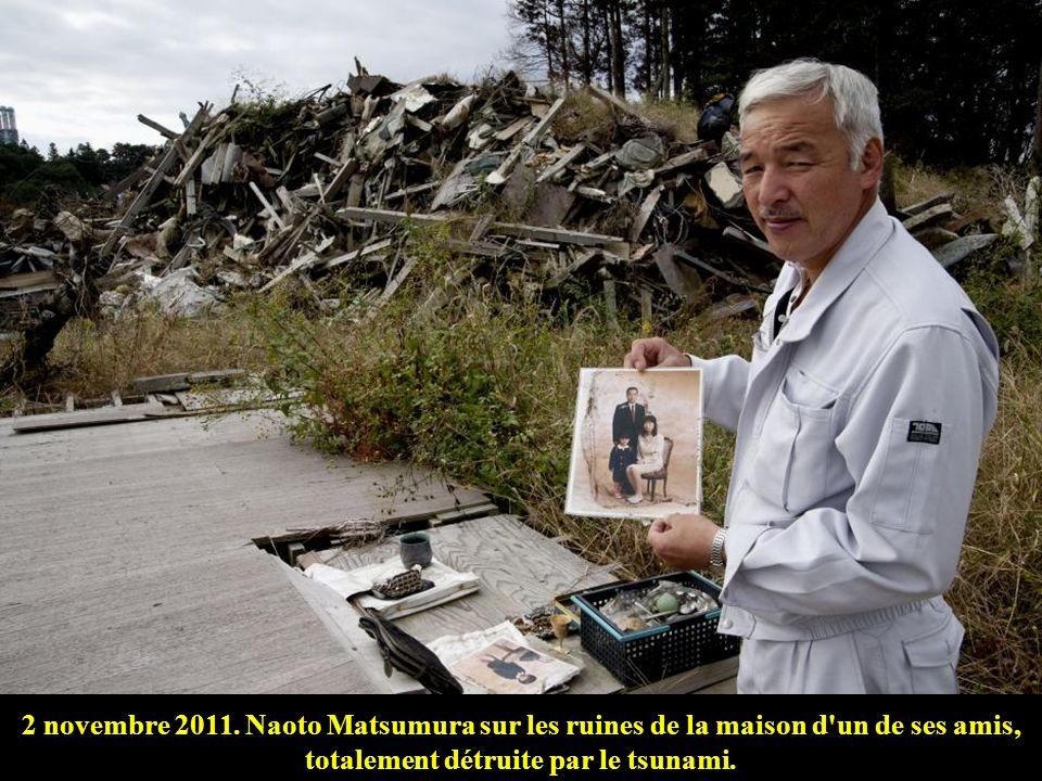 2 novembre 2011. Naoto Matsumura sur les ruines de la maison d un de ses amis, totalement détruite par le tsunami.