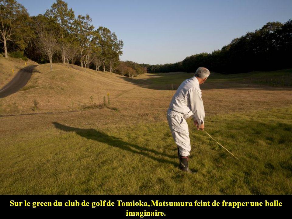 Sur le green du club de golf de Tomioka, Matsumura feint de frapper une balle imaginaire.