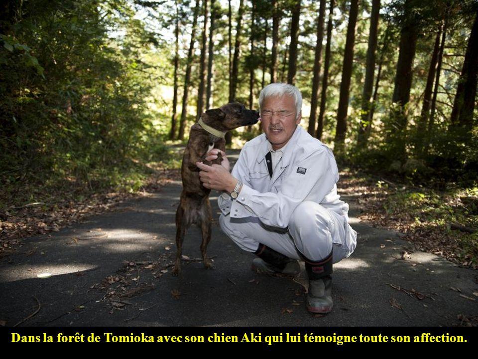 Dans la forêt de Tomioka avec son chien Aki qui lui témoigne toute son affection.