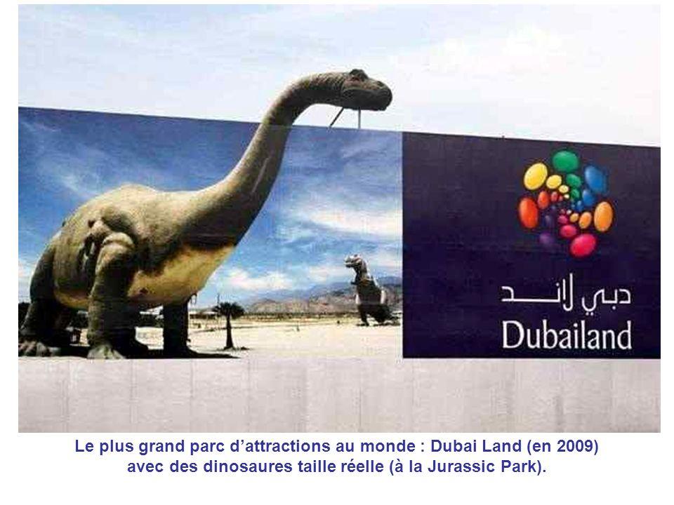 Le plus grand parc d'attractions au monde : Dubai Land (en 2009) avec des dinosaures taille réelle (à la Jurassic Park).