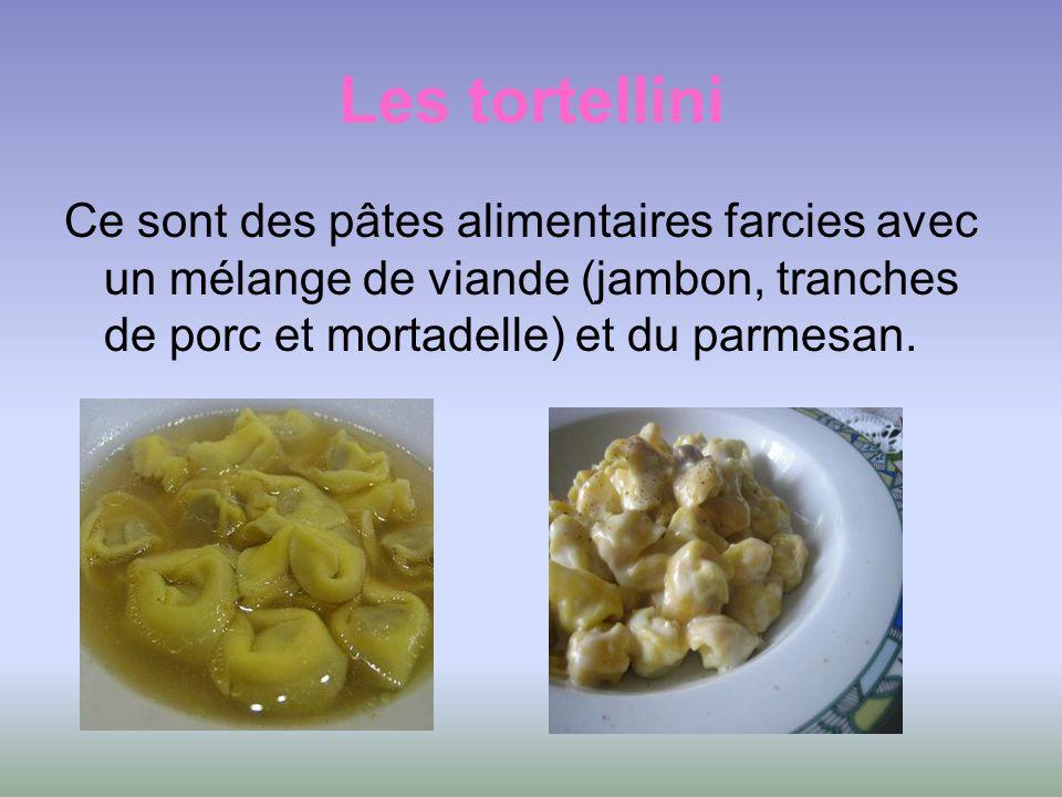 Les tortellini Ce sont des pâtes alimentaires farcies avec un mélange de viande (jambon, tranches de porc et mortadelle) et du parmesan.
