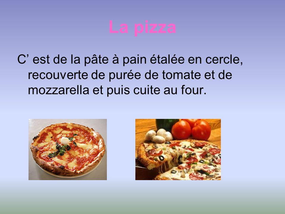 La pizza C' est de la pâte à pain étalée en cercle, recouverte de purée de tomate et de mozzarella et puis cuite au four.