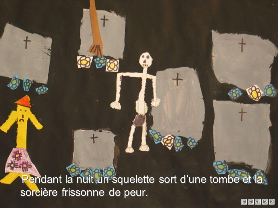 Pendant la nuit un squelette sort d'une tombe et la sorcière frissonne de peur.