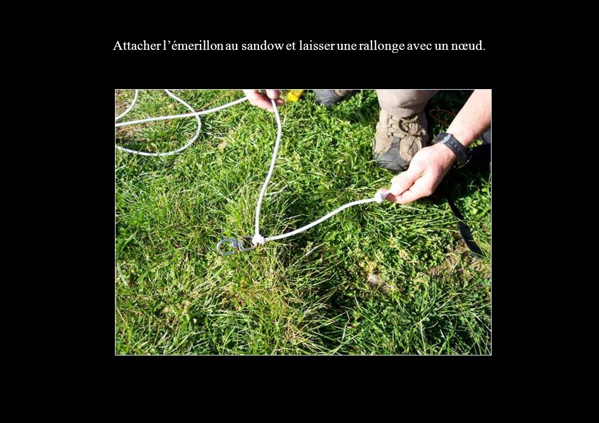 Attacher l'émerillon au sandow et laisser une rallonge avec un nœud.