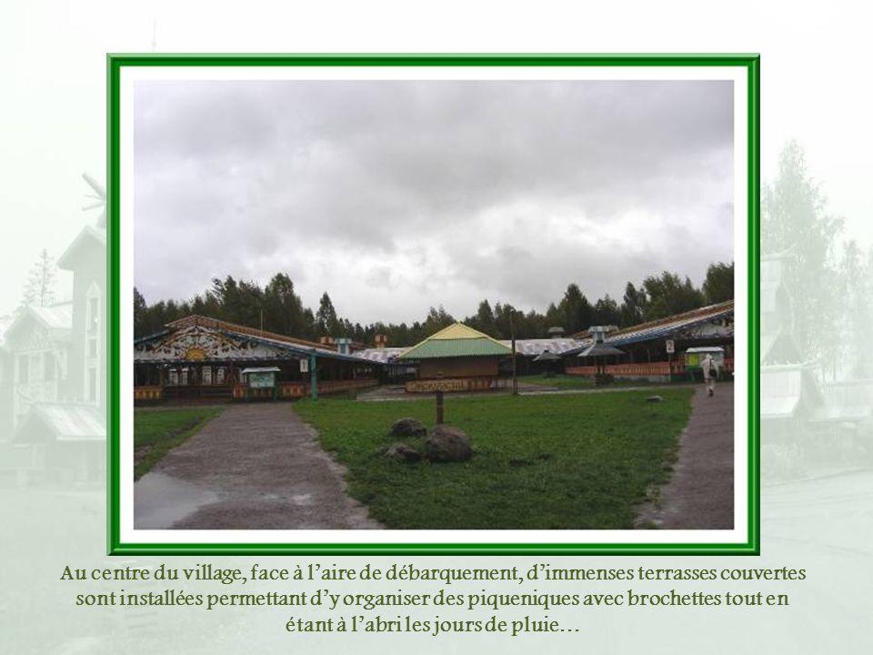 Au centre du village, face à l'aire de débarquement, d'immenses terrasses couvertes sont installées permettant d'y organiser des piqueniques avec brochettes tout en étant à l'abri les jours de pluie…