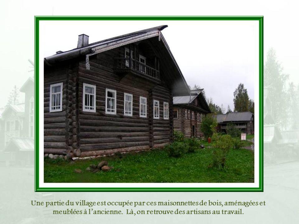 Une partie du village est occupée par ces maisonnettes de bois, aménagées et meublées à l'ancienne.