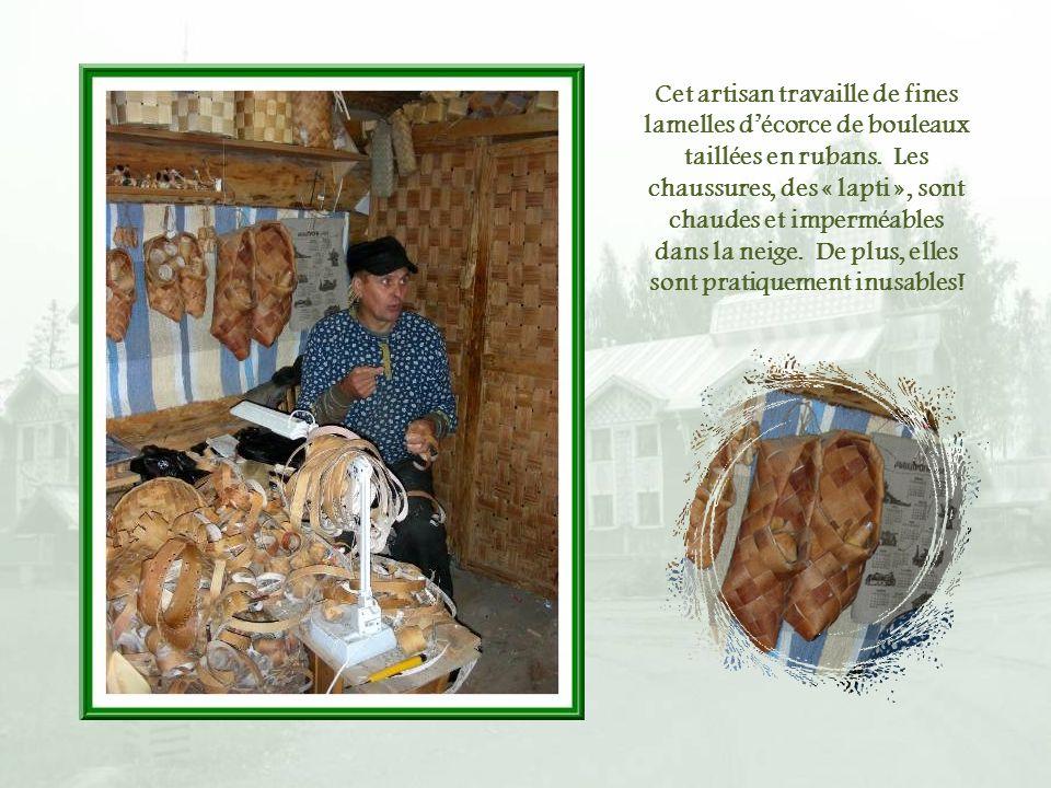 Cet artisan travaille de fines lamelles d'écorce de bouleaux taillées en rubans.