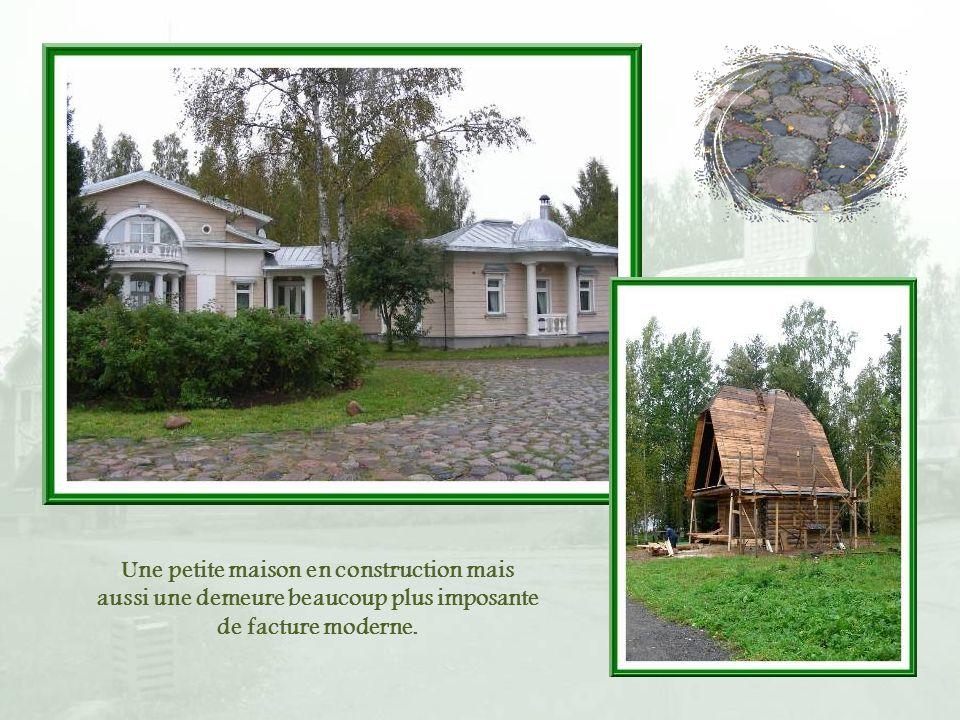 Une petite maison en construction mais aussi une demeure beaucoup plus imposante de facture moderne.