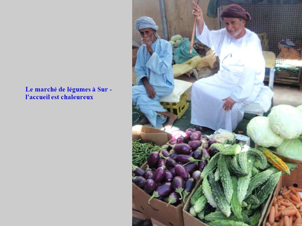 Le marché de légumes à Sur - l accueil est chaleureux