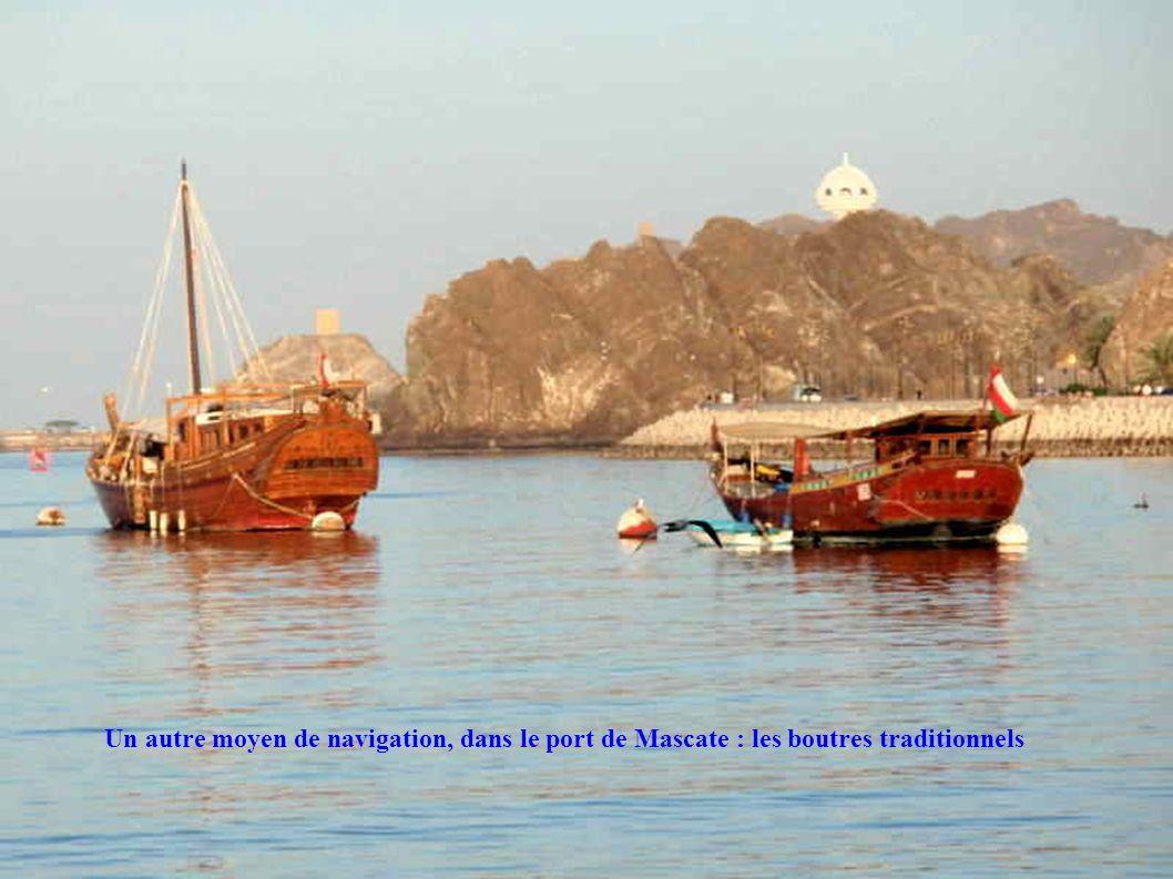 Un autre moyen de navigation, dans le port de Mascate : les boutres traditionnels