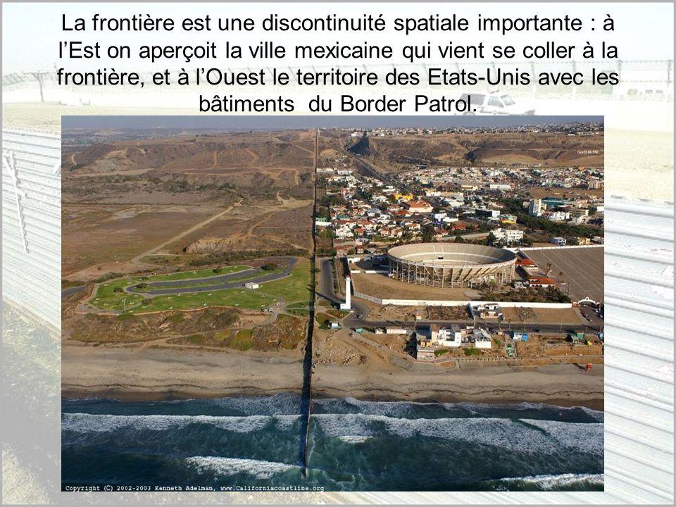 La frontière est une discontinuité spatiale importante : à l'Est on aperçoit la ville mexicaine qui vient se coller à la frontière, et à l'Ouest le territoire des Etats-Unis avec les bâtiments du Border Patrol.