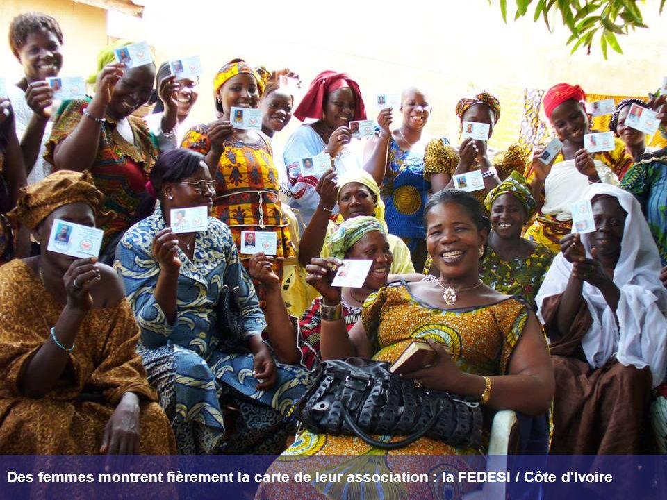 Des femmes montrent fièrement la carte de leur association : la FEDESI / Côte d Ivoire