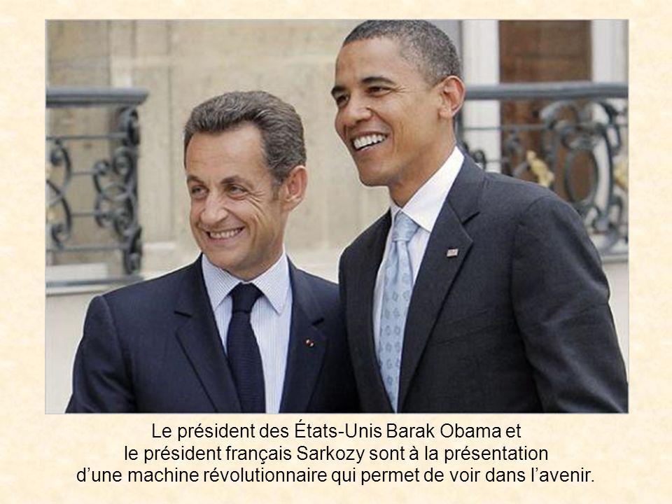Le président des États-Unis Barak Obama et le président français Sarkozy sont à la présentation d'une machine révolutionnaire qui permet de voir dans l'avenir.