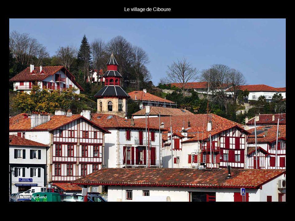 Le village de Ciboure . .