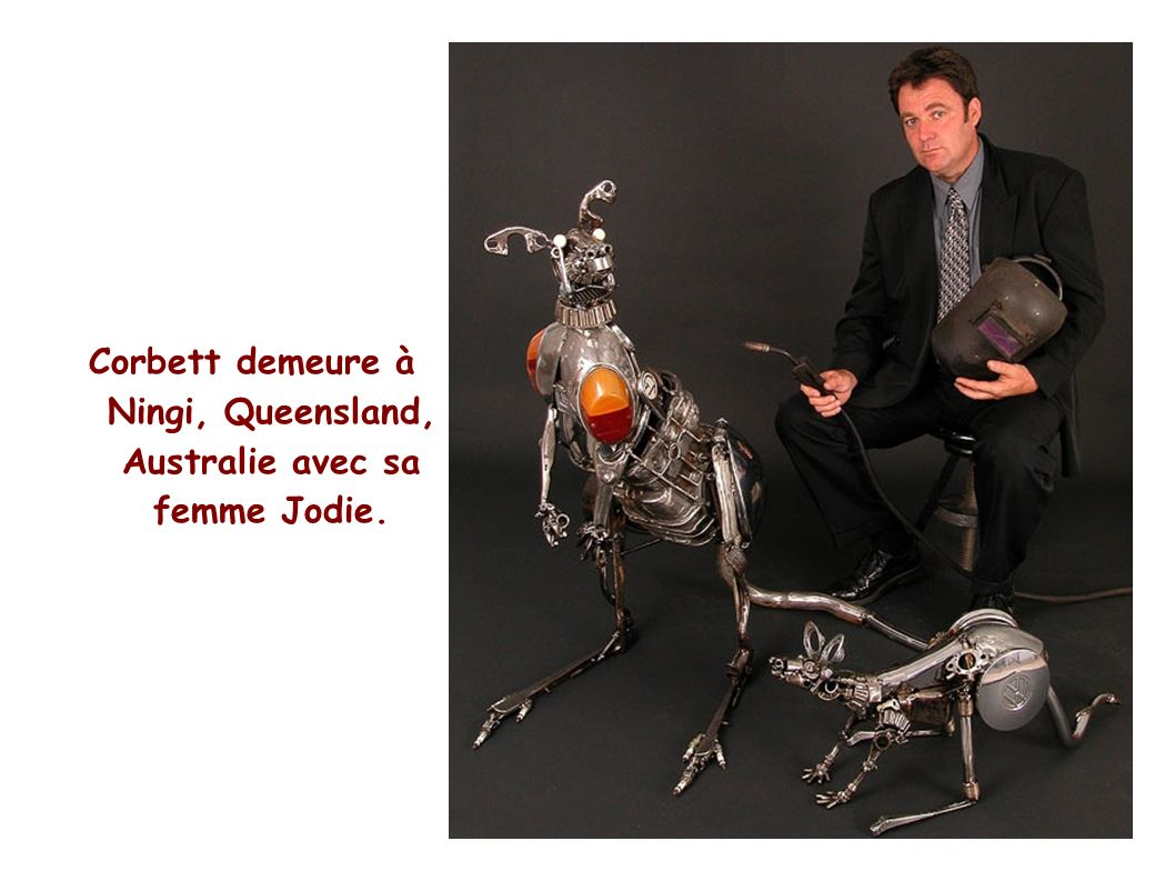 Corbett demeure à Ningi, Queensland, Australie avec sa femme Jodie.