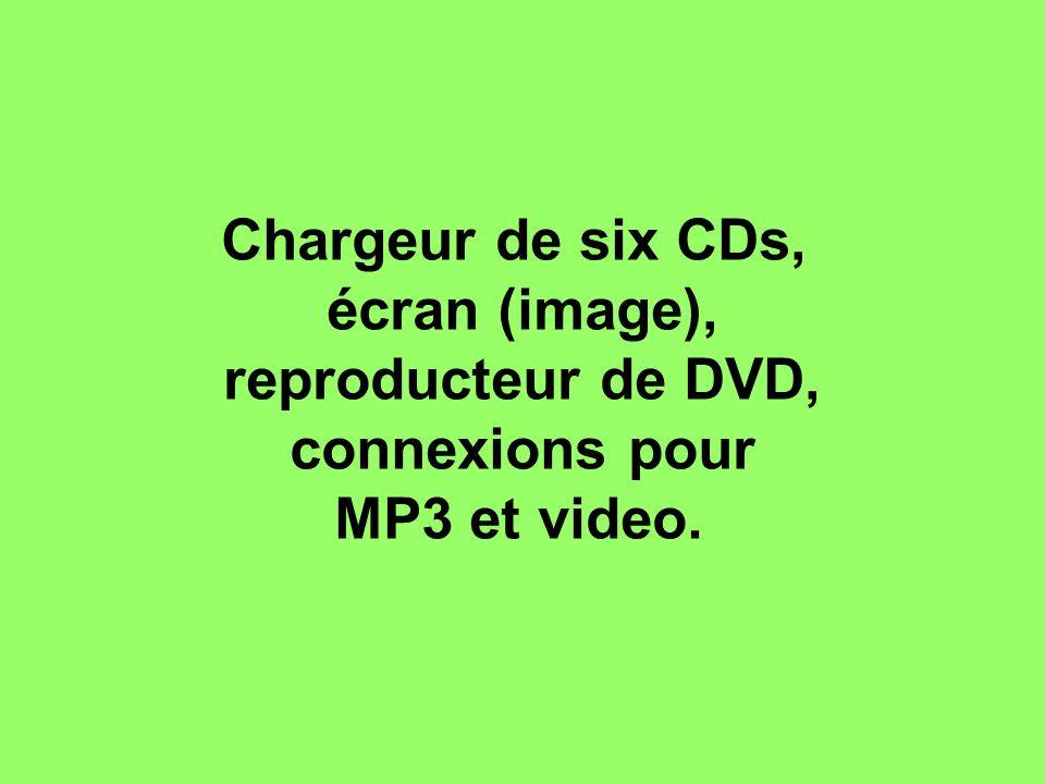 Chargeur de six CDs, écran (image), reproducteur de DVD, connexions pour MP3 et video.