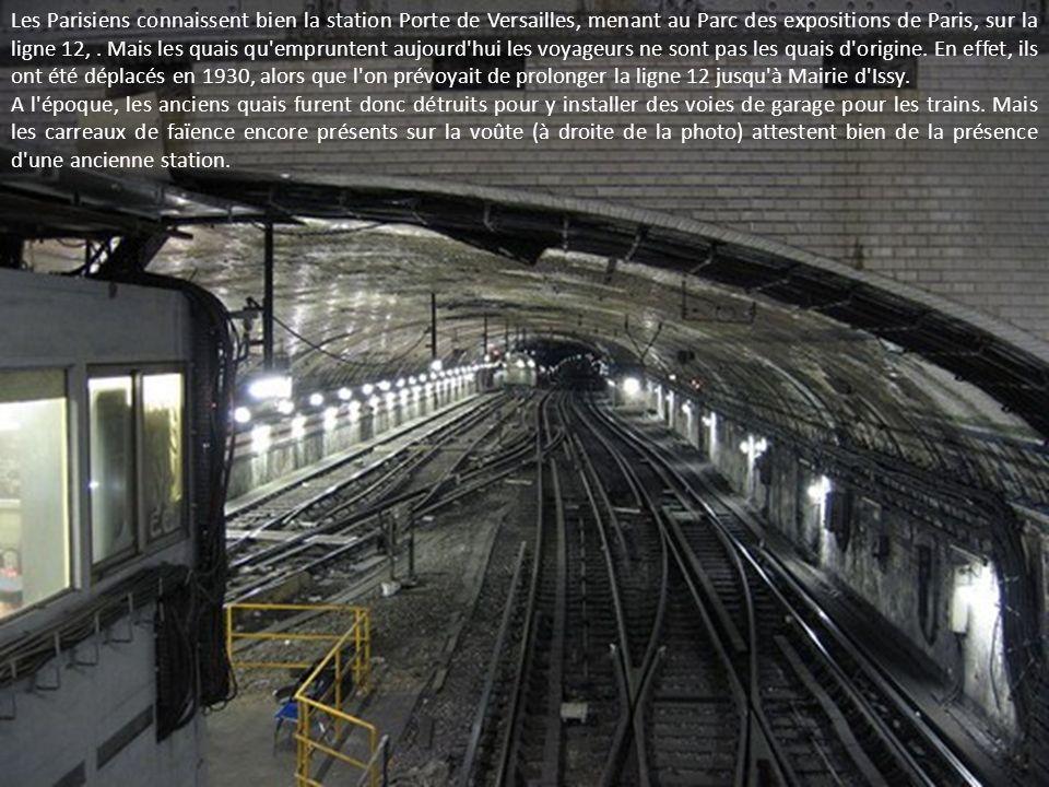 Les Parisiens connaissent bien la station Porte de Versailles, menant au Parc des expositions de Paris, sur la ligne 12, . Mais les quais qu empruntent aujourd hui les voyageurs ne sont pas les quais d origine. En effet, ils ont été déplacés en 1930, alors que l on prévoyait de prolonger la ligne 12 jusqu à Mairie d Issy.