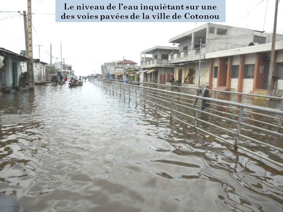 Le niveau de l'eau inquiétant sur une des voies pavées de la ville de Cotonou
