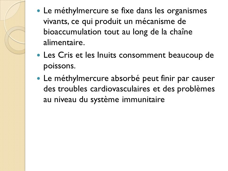Le méthylmercure se fixe dans les organismes vivants, ce qui produit un mécanisme de bioaccumulation tout au long de la chaîne alimentaire.