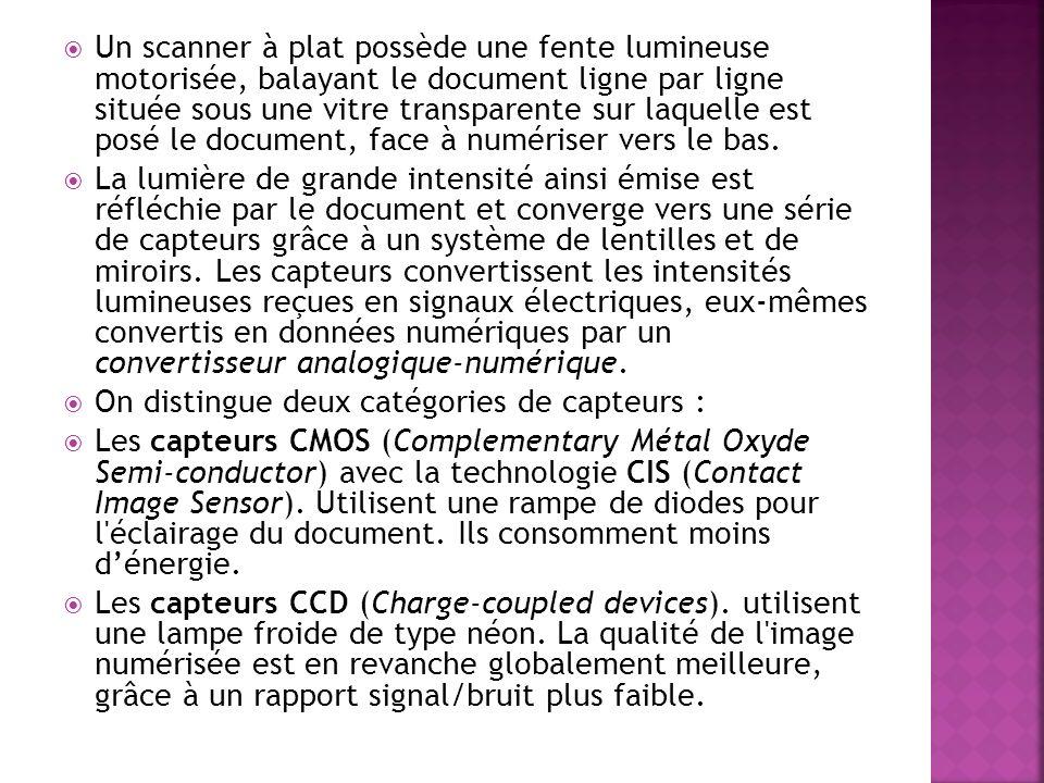 Un scanner à plat possède une fente lumineuse motorisée, balayant le document ligne par ligne située sous une vitre transparente sur laquelle est posé le document, face à numériser vers le bas.
