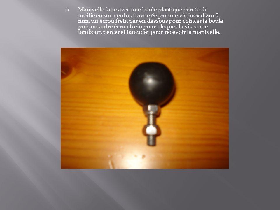 Manivelle faite avec une boule plastique percée de moitié en son centre, traversée par une vis inox diam 5 mm, un écrou frein par en dessous pour coincer la boule puis un autre écrou frein pour bloquer la vis sur le tambour, percer et tarauder pour recevoir la manivelle.