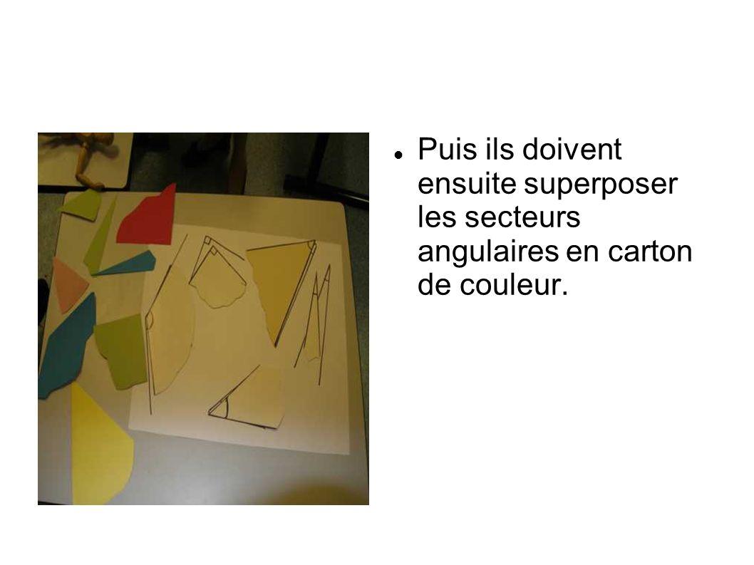 Puis ils doivent ensuite superposer les secteurs angulaires en carton de couleur.