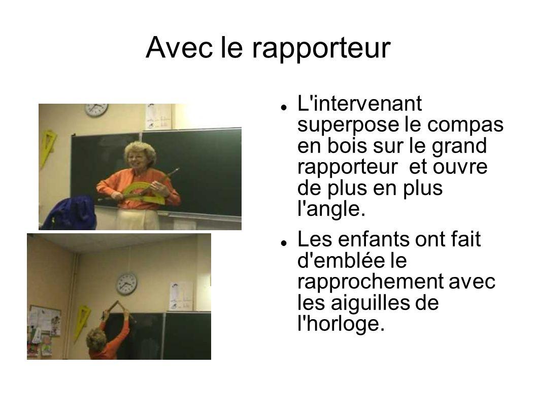 Avec le rapporteur L intervenant superpose le compas en bois sur le grand rapporteur et ouvre de plus en plus l angle.
