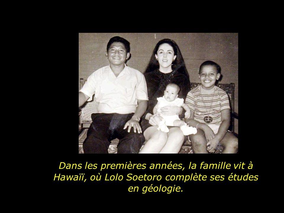Dans les premières années, la famille vit à Hawaïï, où Lolo Soetoro complète ses études en géologie.