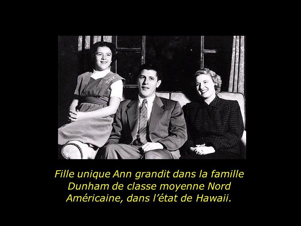 Fille unique Ann grandit dans la famille Dunham de classe moyenne Nord Américaine, dans l'état de Hawaii.