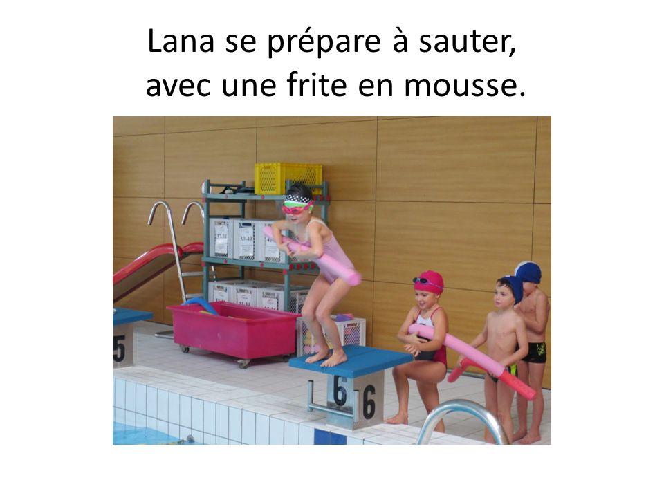 Lana se prépare à sauter, avec une frite en mousse.