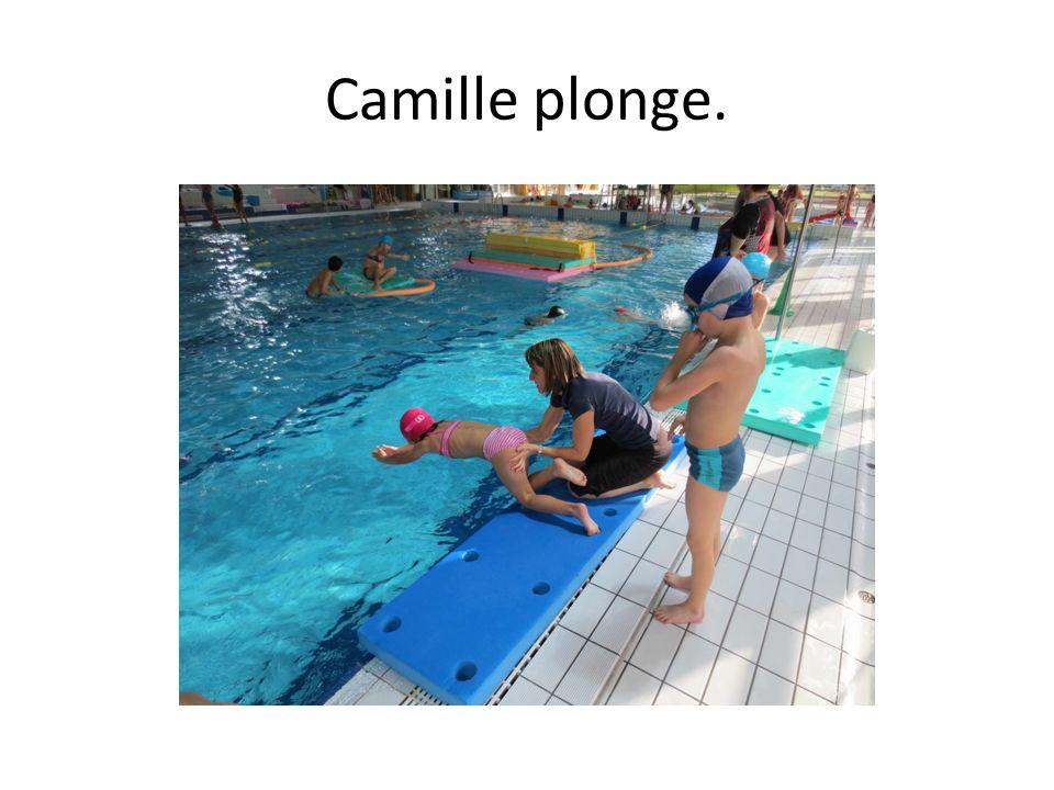 Camille plonge.