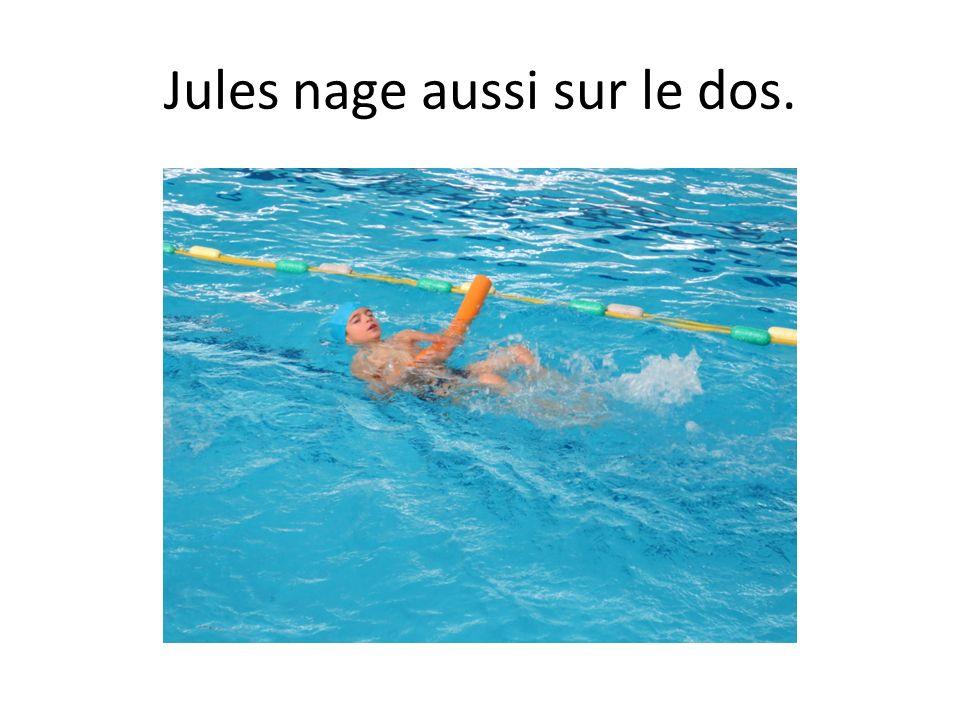 Jules nage aussi sur le dos.