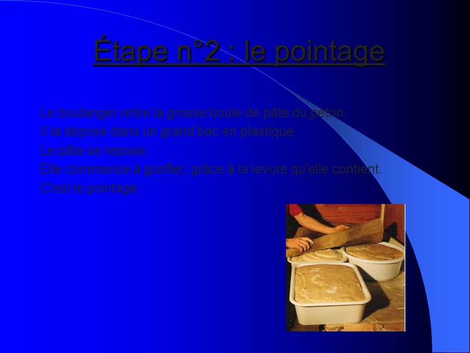 Étape n°2 : le pointage Le boulanger retire la grosse boule de pâte du pétrin. Il la dépose dans un grand bac en plastique.
