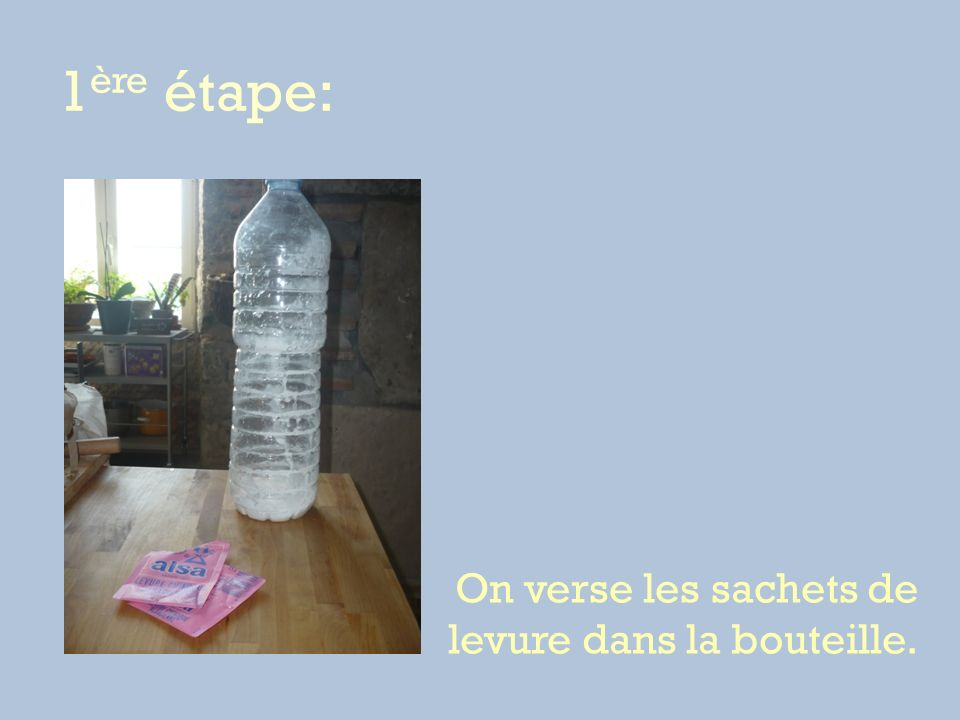 1ère étape: On verse les sachets de levure dans la bouteille.