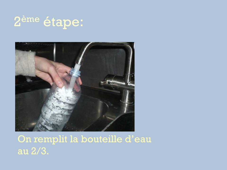 2ème étape: On remplit la bouteille d'eau au 2/3.