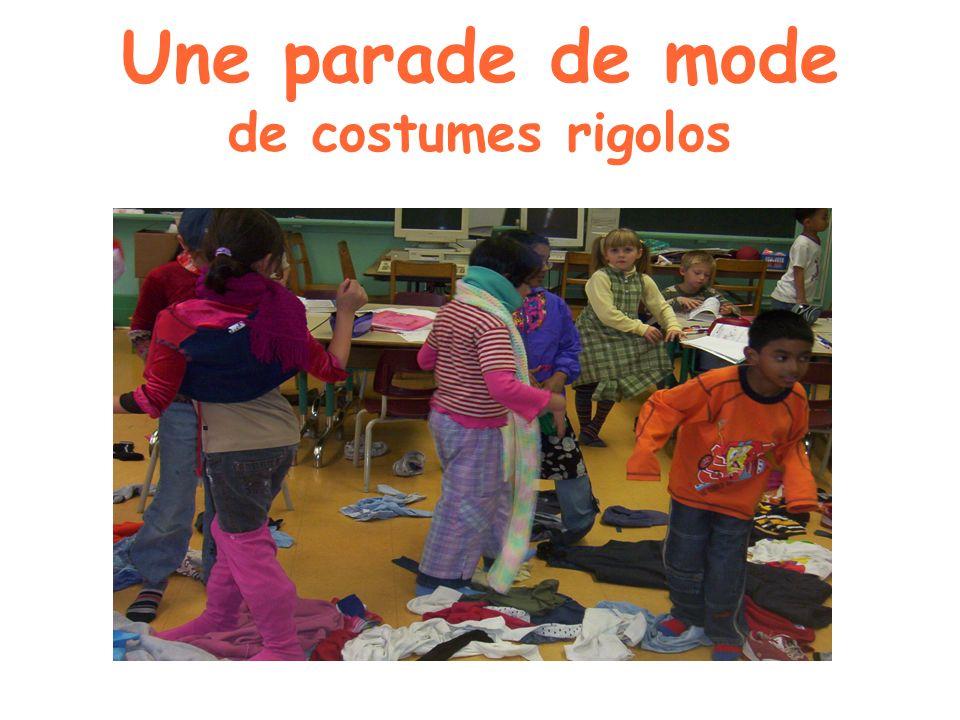 Une parade de mode de costumes rigolos