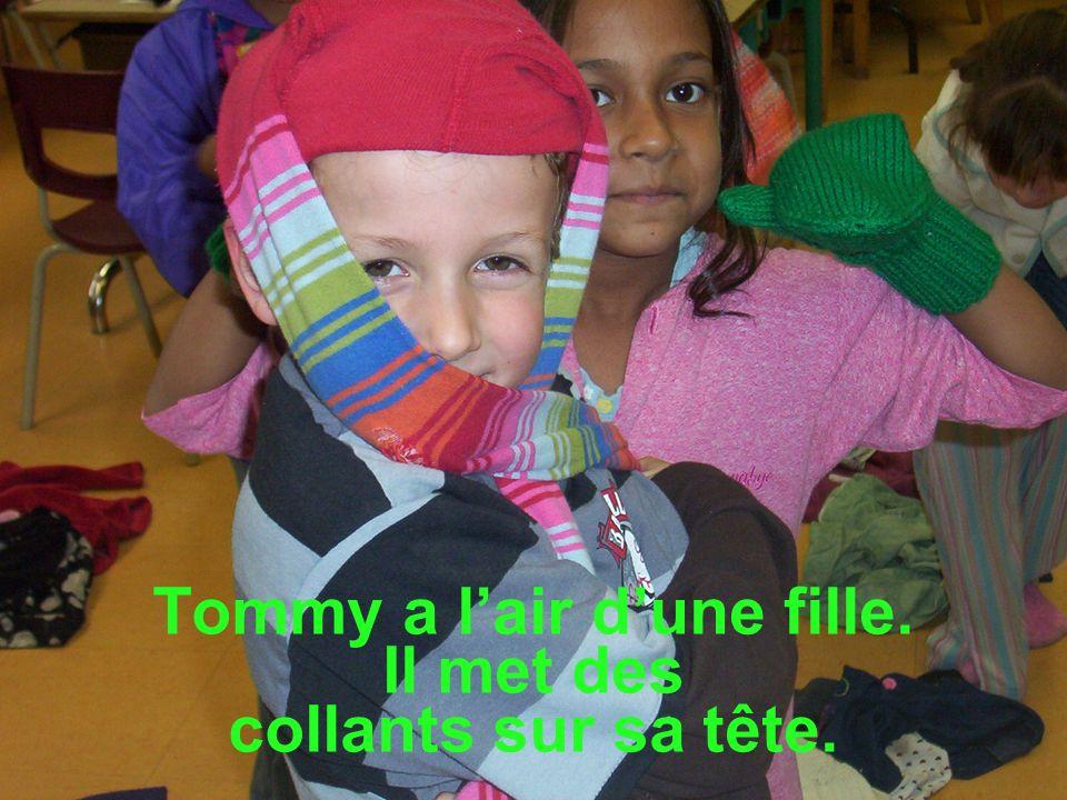 Tommy a l'air d'une fille. Il met des collants sur sa tête.