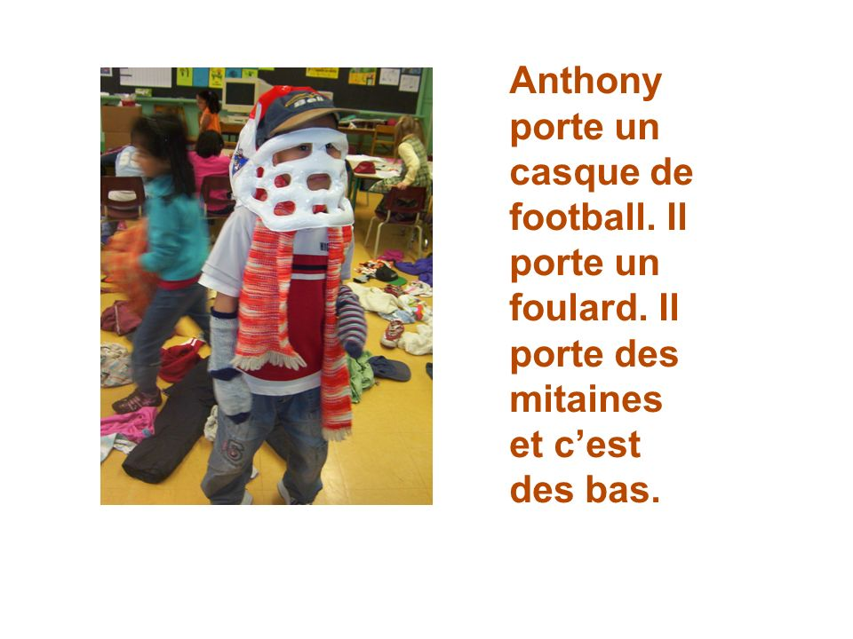 Anthony porte un casque de football. Il porte un foulard