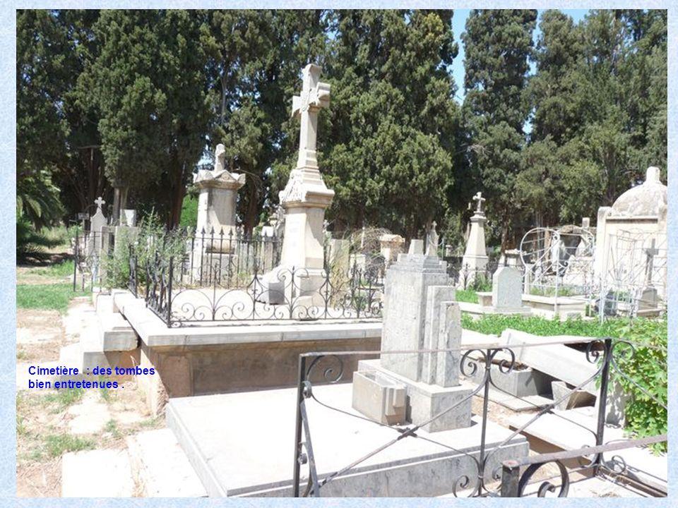 Cimetière : des tombes bien entretenues .